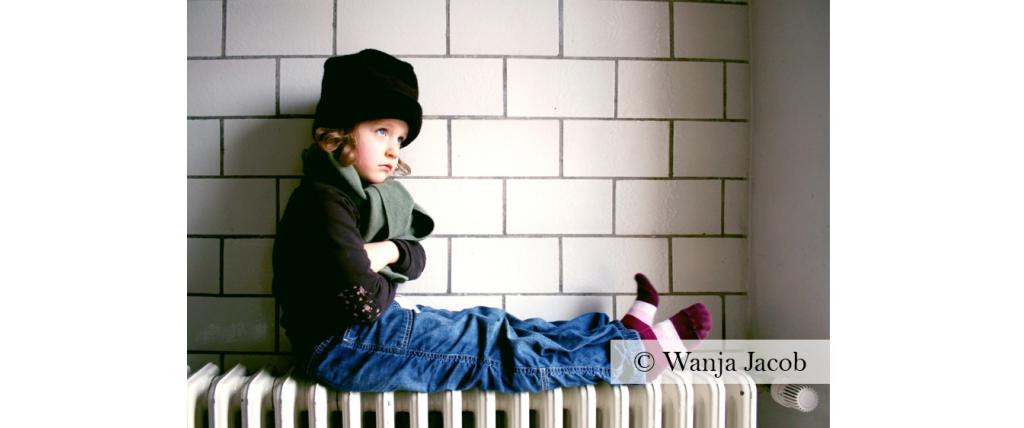 Enfant avec une écharpe sur un radiateur