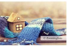 Maison en bois entourée d'une écharpe