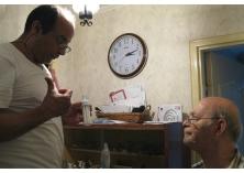 Un homme avec une ampoule électrique dans la main